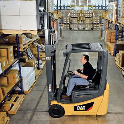 Picture showing a CAT Electric Truck in a warehouse