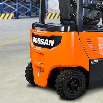 Picture of a Doosan electric truck in operation in a warehouse